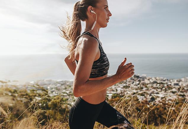 Młoda kobieta uprawiająca jogging.