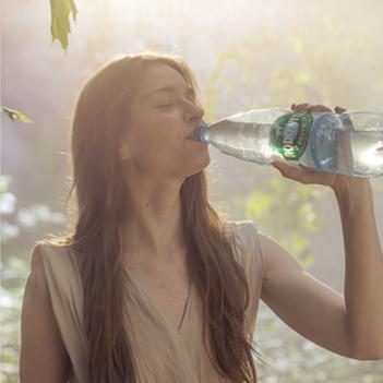 Kobieta pijąca wodę Rodowita (materiały do kampanii social media).